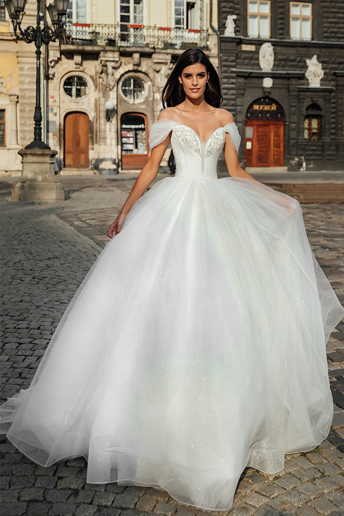 Свадебные платья Abel Силуэт  А-силует  Цвет  Кремовиый  Вырез  Сердце  Рукава  Приспущенный  Шлейф  Со шлейфом