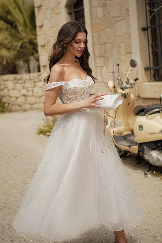 Свадебные платья Marisa Силуэт  Пишный  Цвет  White  Вырез  Сердце  Рукава  Без рукавов  Шлейф  Без шлейфа